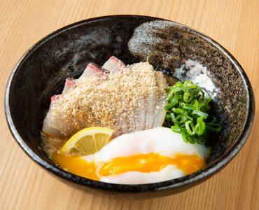 ヒラスの胡麻和え 温泉卵のっけ 680円(税込)